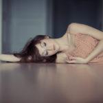 junge Frau liegt auf dem Boden